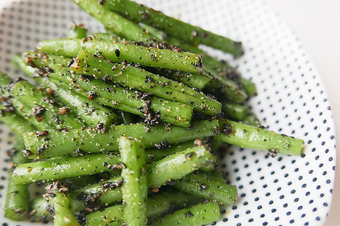 Ingen (common beans) with black sesame sauce