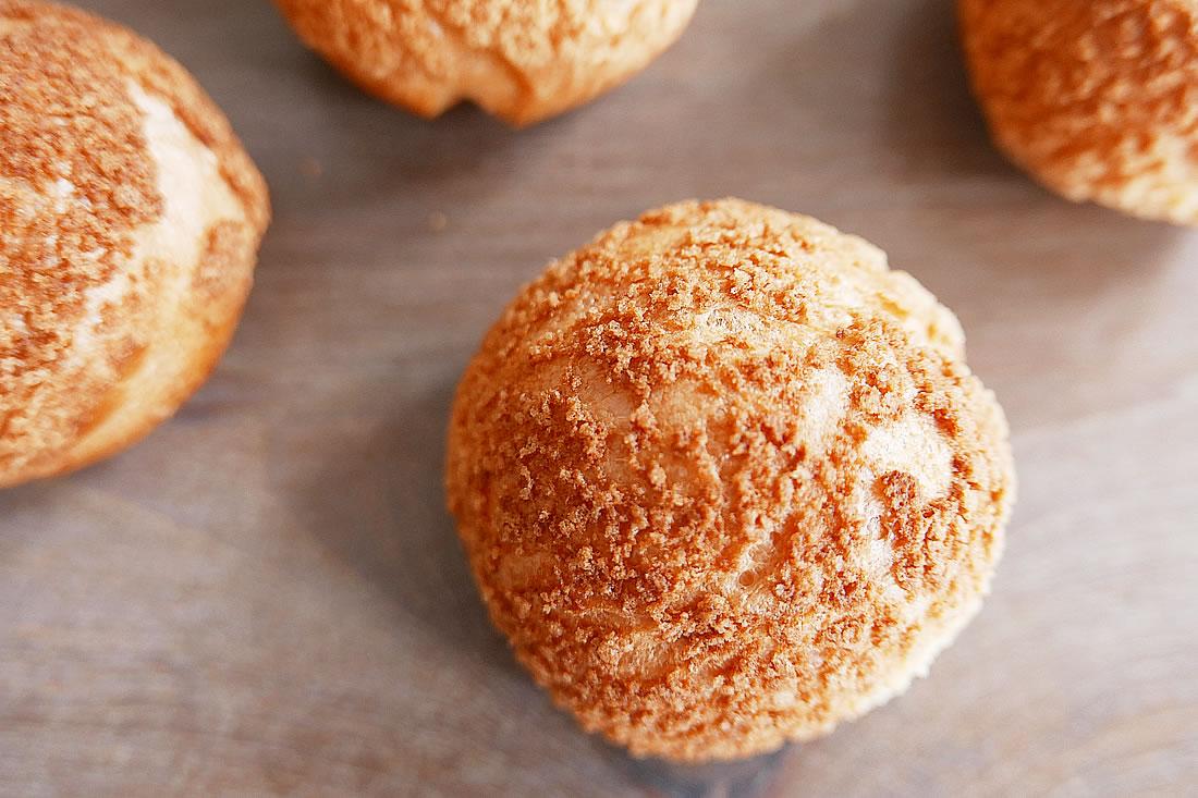 Crunchy cookie top cream puffs