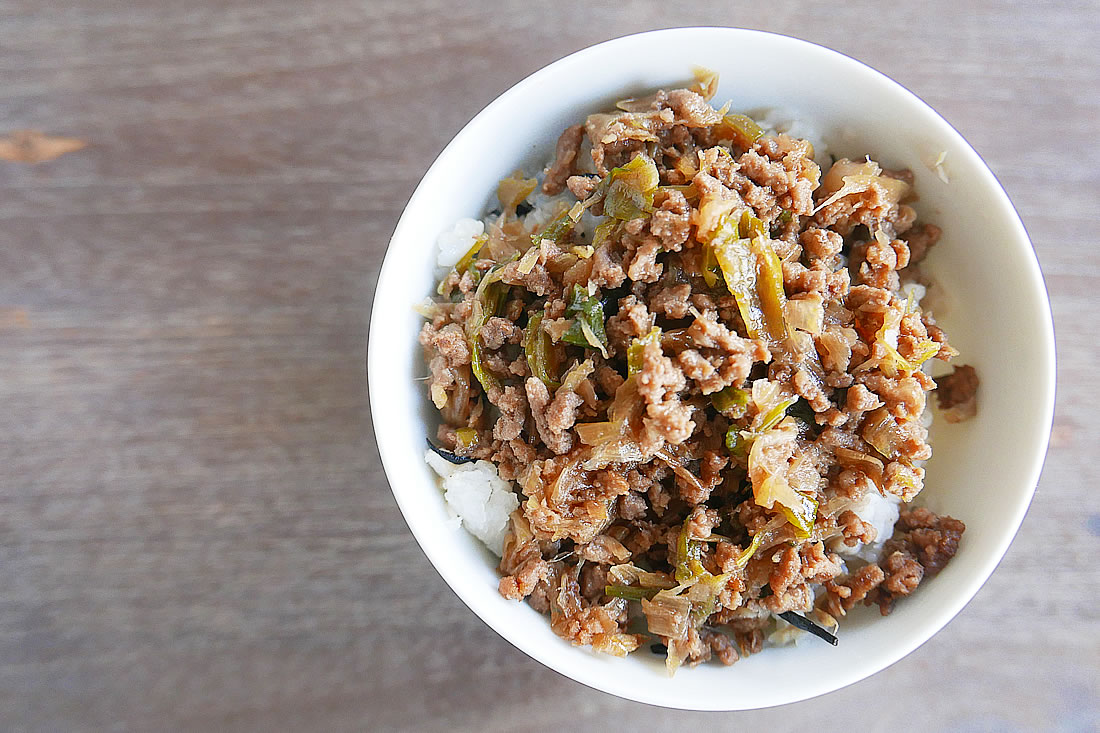 Quick ground beef in rice bowl