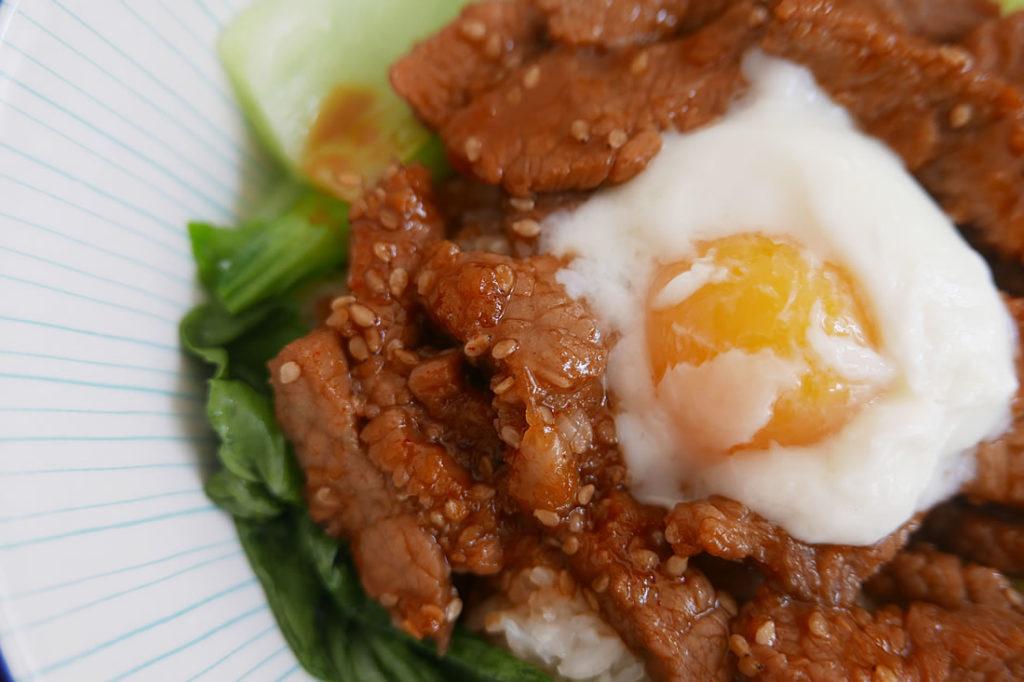 Korean-style Grilled Beef Rice bowl (Yakiniku donburi)